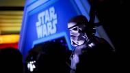 """Die dunkle Bedrohung: Im Disneyland in Paris gab es zusätzlich zur Filmpremiere noch eine große """"Star Wars""""-Show"""