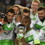 Nahrung für die Ambitionen: Der VfL Wolfsburg mit seinem ersten Titel im neuen Spieljahr
