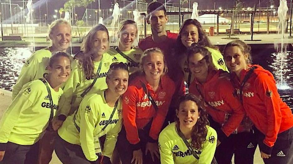 Da ich mich nicht bewegen konnte, mussten sich beim Foto mit Novak Djokovic (hinten) alle um mich herum positionieren.