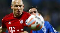 Im Zentrum der Diskussion: Arjen Robben (links) fiel, der Schiedsrichter gab Elfmeter für die Bayern und Rot für Bochum.