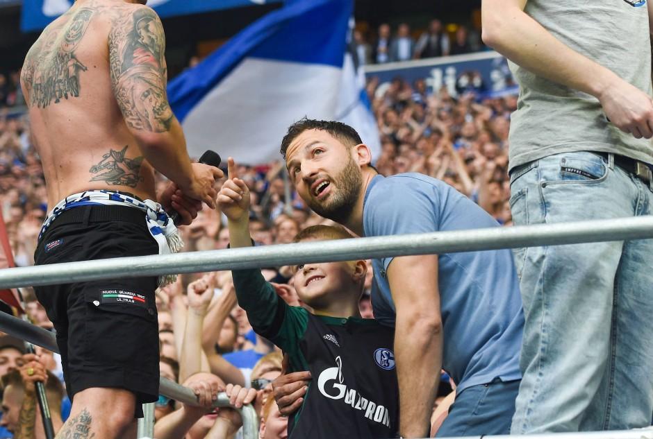 Während die Dortmunder mit gesenkten Köpfen den Platz verließen, feierte Schalke-Trainer Domenico Tedesco mit den Fans in der Kurve.