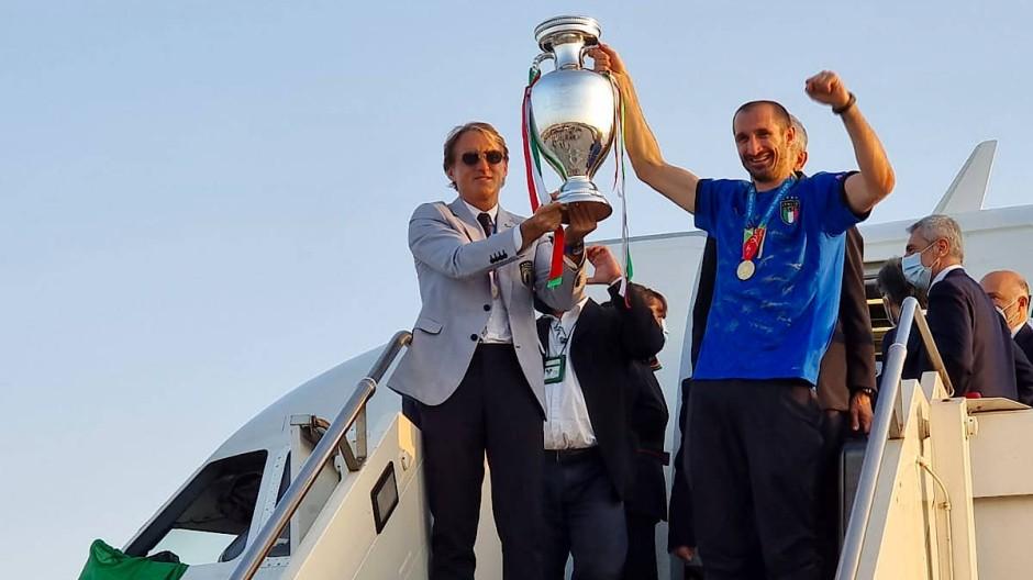 Zurück in der Heimat: Trainer Mancini (links) und Kapitän Chiellini zeigen den EM-Pokal nach der Landung in Rom.