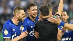 "Schalke schimpft über ""verrückten"" Schiedsrichter-Pfiff"