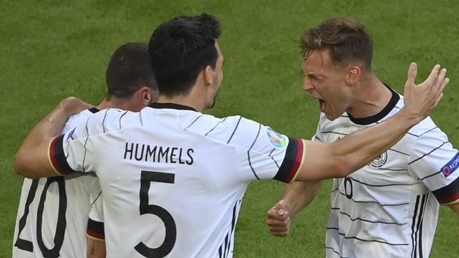 Lasst euch umarmen: Gosens, Hummels und Kimmich freuen sich über den starken Auftritt der deutschen Mannschaft.