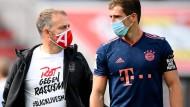 """""""Rot gegen Rassismus"""": Bayern-Trainer Hansi Flick (links, daneben Leon Goretzka) trägt das Motto auf dem T-Shirt."""