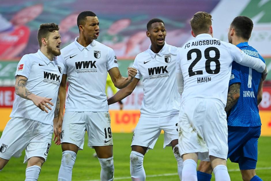 Die Mannschaft dankt: Augsburg-Schlussmann Rafal Gikiewicz (rechts) hält einen Strafstoß.
