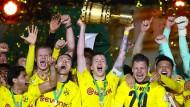 Glänzte als Vorbereiter: Kapitän Marco Reus reckt den Pokal in die Luft.