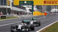 Nö, wieso? Lewis Hamilton lässt seinen Stallkollegen Nico Rosberg in Budapest gegen die Team-Interessen nicht vorbei