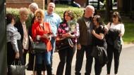 Angehörige erinnern vor dem Gerichtsgebäude an ihre Opfer