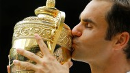 Eine lange, innige Beziehung: Roger Federer und der Wimbledon-Pokal.