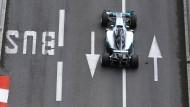 Aufpassen, das kein Bus entgegen kommt: Lewis Hamilton mit seinem Mercedes in Monte Carlo