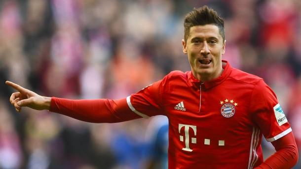 Die Bayern führen den HSV vor