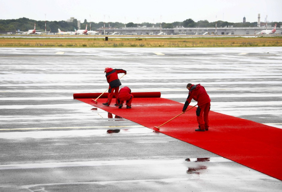 Das Wetter in Berlin ist schlecht, einen roten Teppich gibt es trotzdem