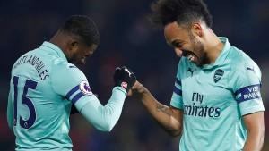 Kurioses Tor von Aubameyang rettet Arsenal