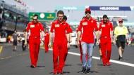 Bevor es mit den Rennwagen auf den Kurs geht, steht für Sebastian Vettel (Mitte) zunächst eine Streckenbesichtigung zu Fuß an.