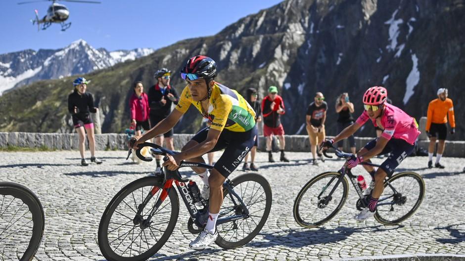 Verteidigt sein Gelbes Trikot  bei der Tour de Suisse: Richard Carapaz vor Roberto Uran
