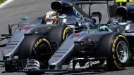 Enge Kiste: Hamilton und Rosberg Reifen an Reifen.
