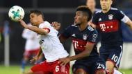 Es geht auch mühsam: Bayern Münchens Coman jagt den Hamburger Douglas Santos