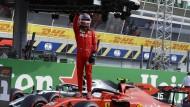 Wieder obenauf: Charles Leclerc bejubelt seinen Sieg im Qualifying.