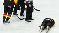 Marcel Noebels musste im Spiel gegen Lettland verletzt vom Eis.