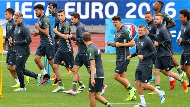 DFB-Team übt sich im Schattenboxen