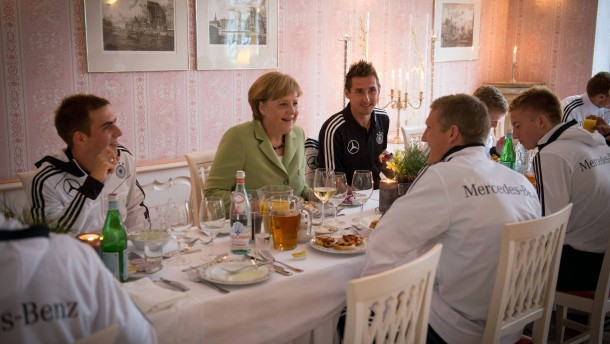 EURO 2012 -  Merkel besucht Nationalmannschaft