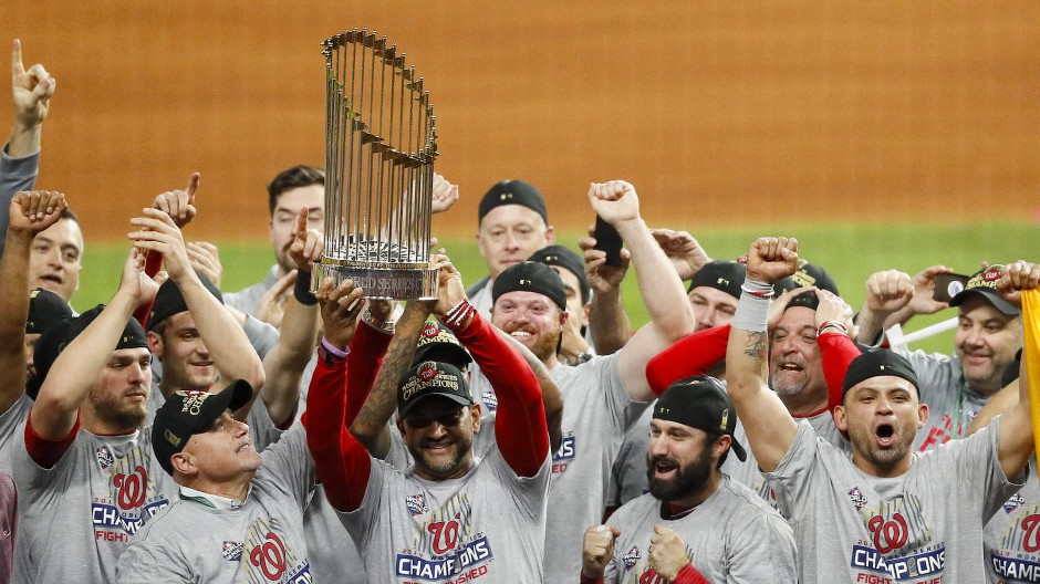 Grupppenbild mit Pokal: Die Washington Nationals haben die World Series gewonnen.