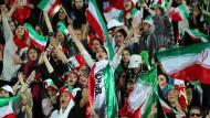 Schon bei Irans Länderspiel gegen Kambodscha in Teheran waren Frauen im Stadion.