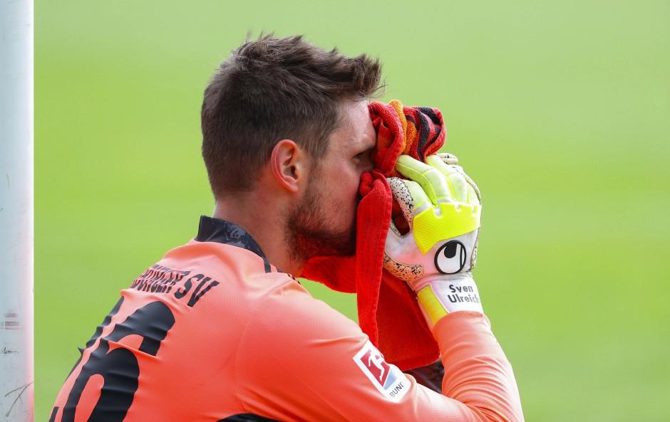 HSV-Torwart Sven Ulreich will nach der Niederlage in Osnabrück gar nicht mehr hinschauen.