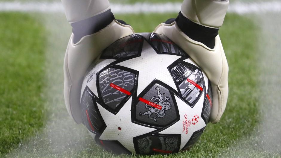 Champions League gegen Super League: Wer hat die Hand am Ball?