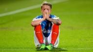Bitter für den Zweitligaklub: Kiels Johannes van den Bergh nach der verlorenen Relegation
