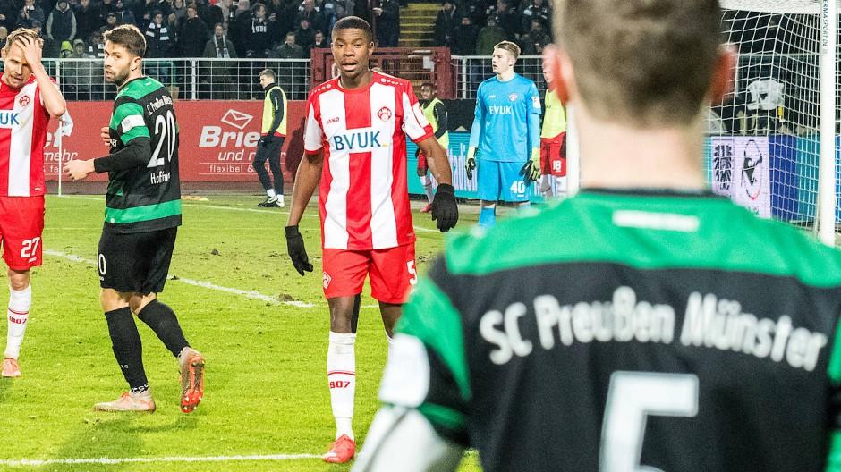 Rassismusopfer: Leroy Kwadwo (Mitte) von den Würzburger Kickers während des Spiels bei Preußen Münster.