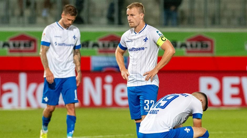 """Frustrierte """"Lilien"""": Der SV Darmstadt 98 verliert beim 1. FC Heidenheim. Tobias Kempe (links), Fabian Holland (Mitte) und Emir Karic sind enttäuscht."""