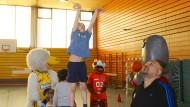 Annäherung: An der Reinhardswald-Grundschule lässt auch Alba Berlin üben
