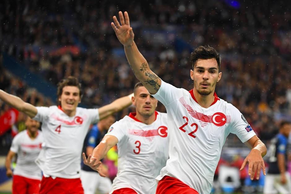 Trifft und jubelt, salutiert aber nicht: Kaan Ayhan (rechts) von Fortuna Düsseldorf beim Spiel gegen Frankreich