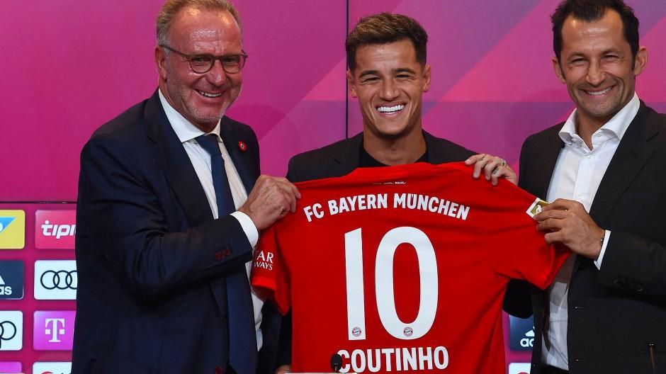 Lächeln um die Wette: Karl-Heinz Rummenigge, Philippe Coutinho und Hasan Salihamidzic (von links)
