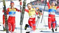 Luftsprünge: Therese Johaug (M.) springt gemeinsam mit der Russin Natalia Neprjajewa (l.) und ihrer Teamkollegin Ingvild Flugstad Östberg