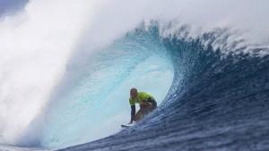 Ein Surf-Opa springt der Jugend um die Ohren