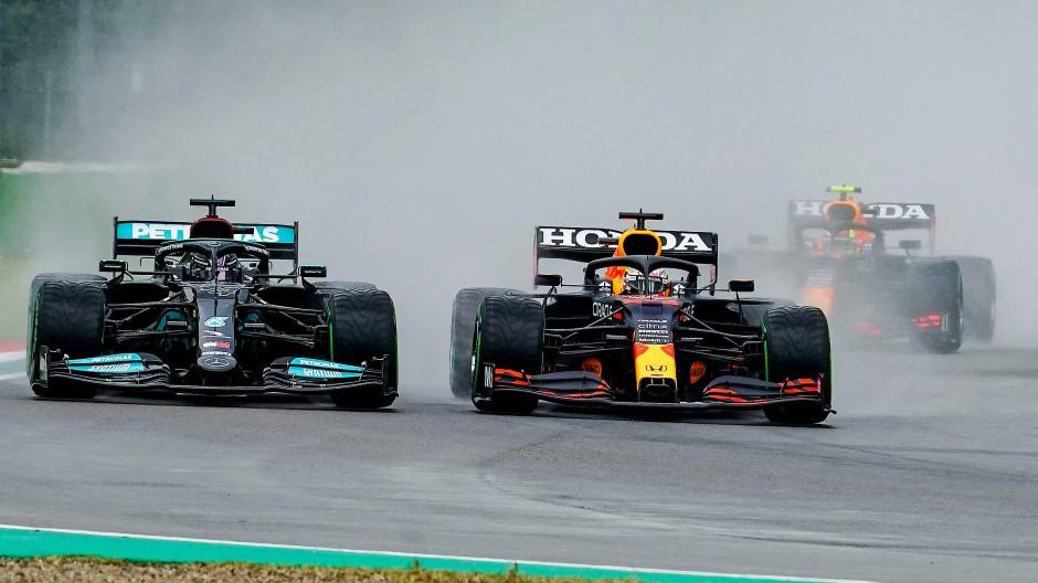 Rad an Rad: Max Verstappen (r.) zieht beim Start an Lewis Hamilton vorbei.