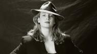 1995: Isabell Werth mit Filzhut und Trenchcoat