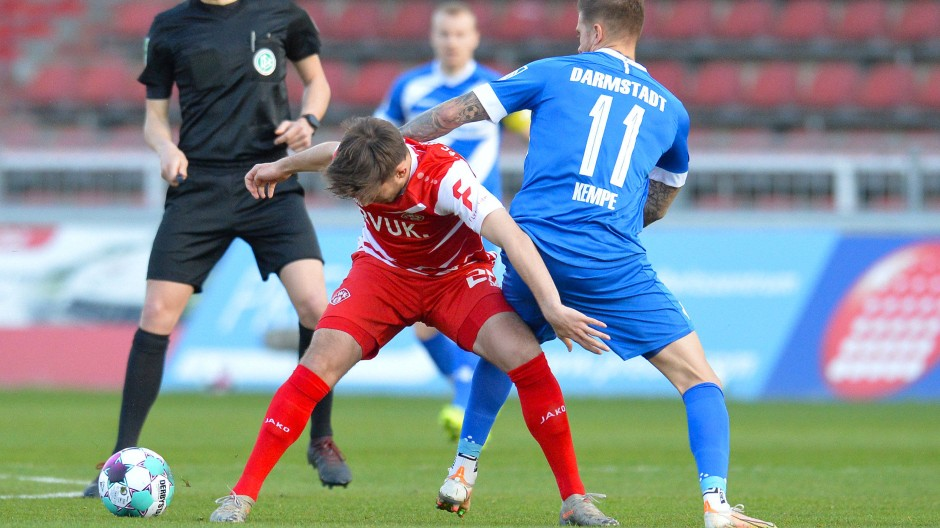 """Kampf um den Ball: Bei den """"Lilien"""" wird Fußball derzeit vor allem """"gearbeitet""""."""