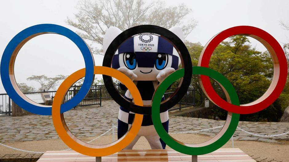 Die Ringe samt Olympia-Maskottchen auf dem Berg Takao