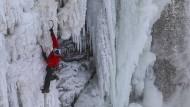 Ein besonderes Gefühl für Eis: Will Gadd klettert durch die gefrorenen Niagarafälle.