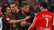 Im Spiel gerieten Marco Russ (Mitte) und Raphael Schäfer nach einem Foul des Frankfurters aneinander.