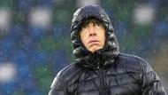 Ganz schön nass hier: Joachim Löw beim Training in Belfast.