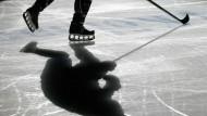 Soweit die Kufen tragen: Eishockey kann manchmal eine lange Angelegenheit sein.