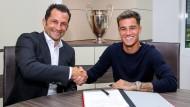 Herzlich Willkommen in München: Sportdirektor Hasan Salihamidzic (links) und Neuzugang Philippe Coutinho.