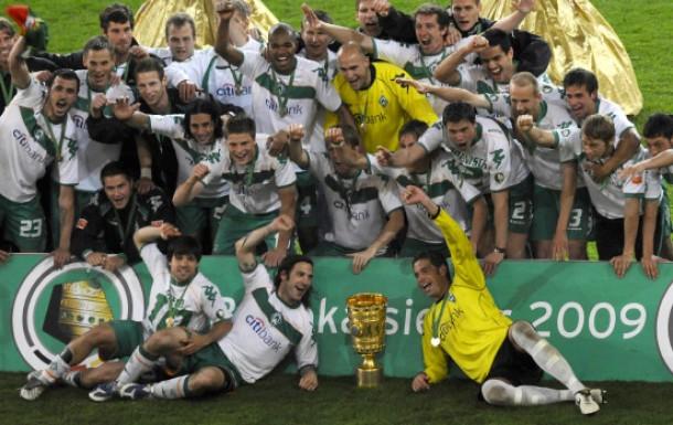 Mannschaftsfoto mit Goldschmuck: Bremen feiert den insgesamt sechsten Pokalsieg