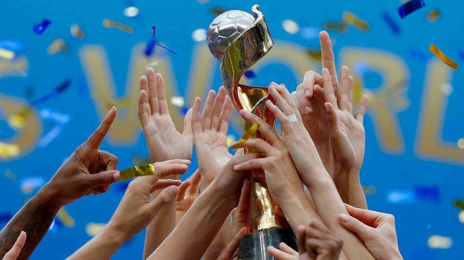 Eine tolle Weltmeisterschaft mit verdienten Siegerinnen: Das amerikanische Team hält den Pokal in die Höhe.