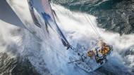 Immer schneller, immer schräger: Welle auf Welle überflutet die Boote und erhöht die Gefahr für die Segler, in die tosende See gerissen zu werden.